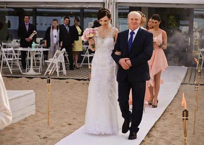 ceremonia ślubu na plaży w Sopocie